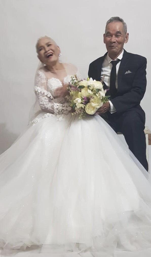 2 cụ già U80 chụp ảnh cưới sau hàng chục năm chung sống với nhau: Nụ cười và ánh mắt khiến con cháu xúc động - Ảnh 2.