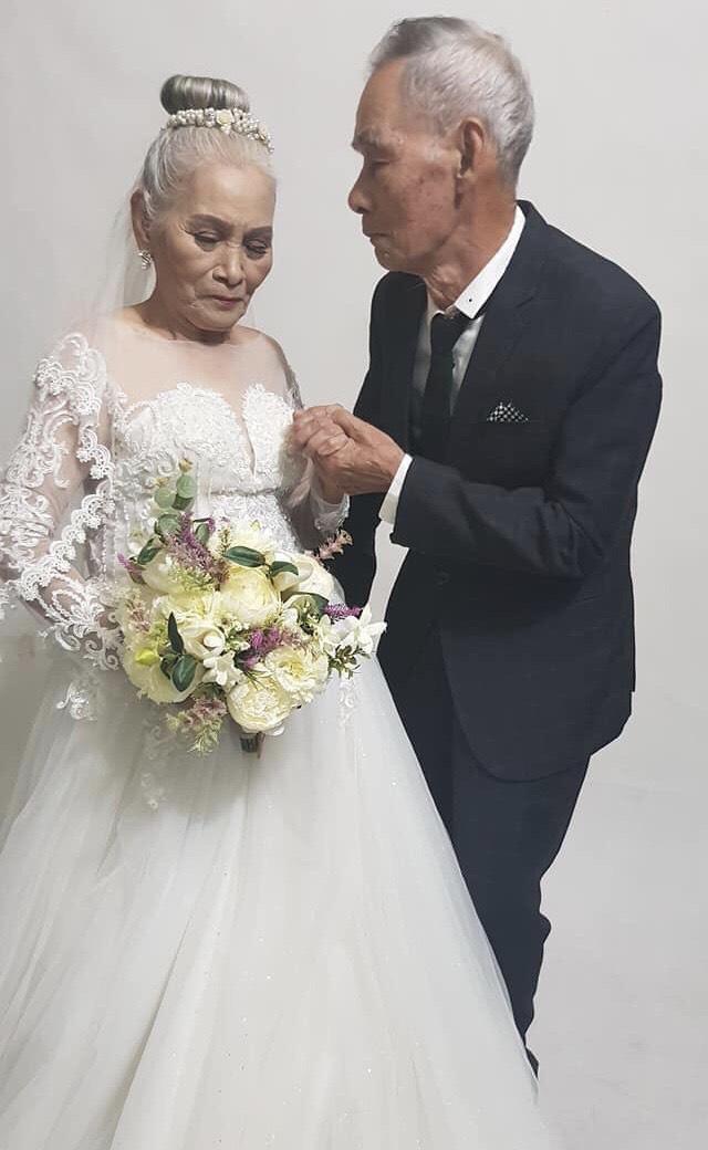 2 cụ già U80 chụp ảnh cưới sau hàng chục năm chung sống với nhau: Nụ cười và ánh mắt khiến con cháu xúc động - Ảnh 1.