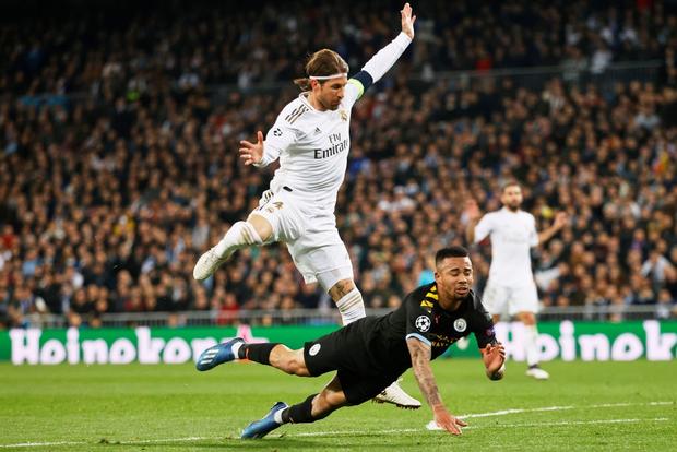 Thủ quân Real chạm mốc kỷ lục bị đuổi khỏi sân với chiếc thẻ đỏ thứ 26 trong sự nghiệp, xem lại pha quay chậm mới thấy trọng tài hơi nặng tay - Ảnh 2.