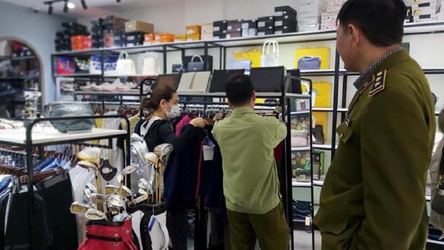 Hàng loạt túi xách nghi nhái Louis Vuitton, Gucci được bán ở khu đô thị The Manor - Ảnh 1.