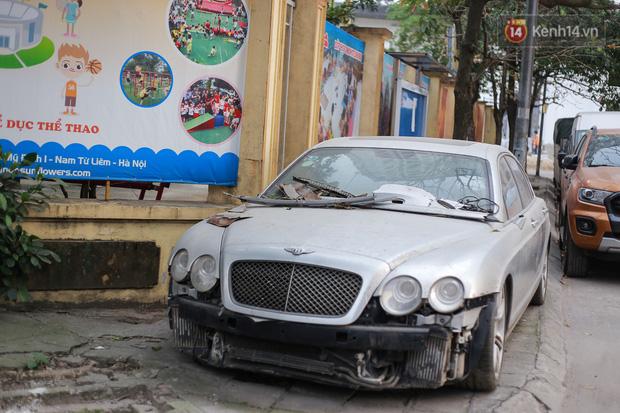 """Chùm ảnh: Siêu xe Bentley 20 tỷ nằm """"xếp xó"""" trên vỉa hè Hà Nội, hơn 5 năm qua không ai biết chủ nhân ở đâu - Ảnh 1."""