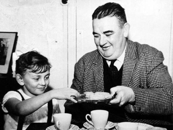 Bức ảnh bé gái uống trà cùng viên cảnh sát tưởng như là khoảnh khắc vui vẻ nhưng đằng sau đó là một thảm kịch giết chết hơn 100 người - Ảnh 1.
