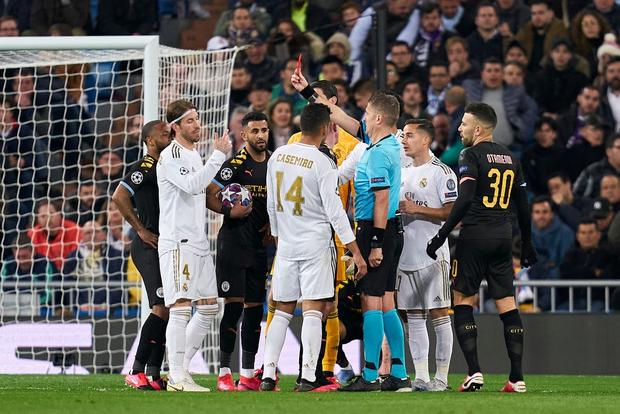 Thủ quân Real chạm mốc kỷ lục bị đuổi khỏi sân với chiếc thẻ đỏ thứ 26 trong sự nghiệp, xem lại pha quay chậm mới thấy trọng tài hơi nặng tay - Ảnh 3.