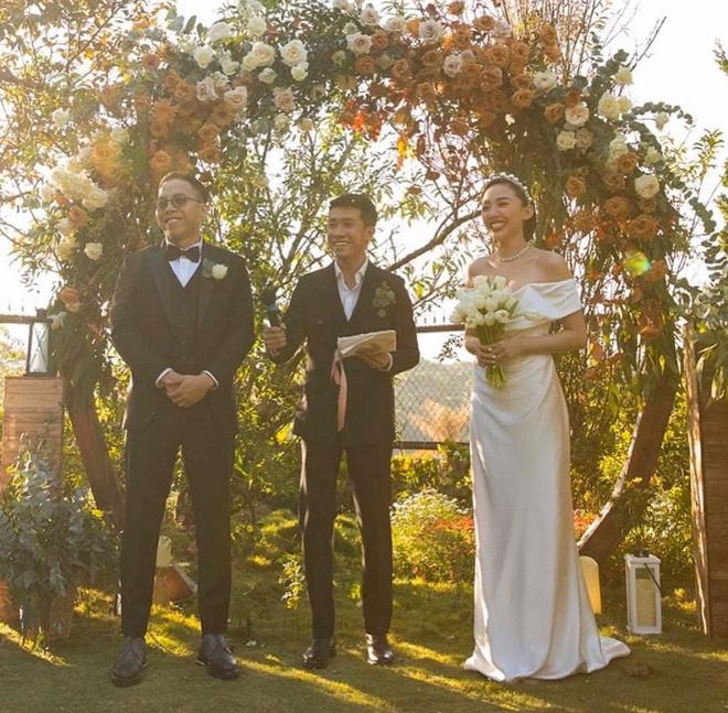 Loạt ảnh cực hiếm trong đám cưới Tóc Tiên - Hoàng Touliver cuối cùng cũng được hé lộ: Mọi khoảnh khắc hạnh phúc nhất đều có đủ! - Ảnh 1.