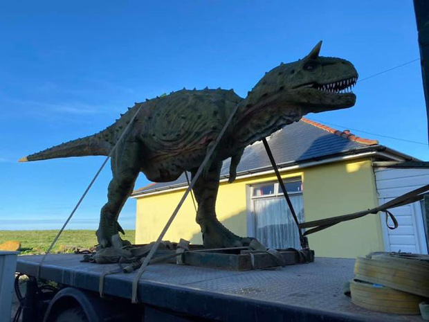 Đặt mua khủng long đồ chơi trên mạng cho con trai mà quên không hỏi kích thước, ông bố tá hỏa khi hàng được chuyển đến tận nhà - Ảnh 3.