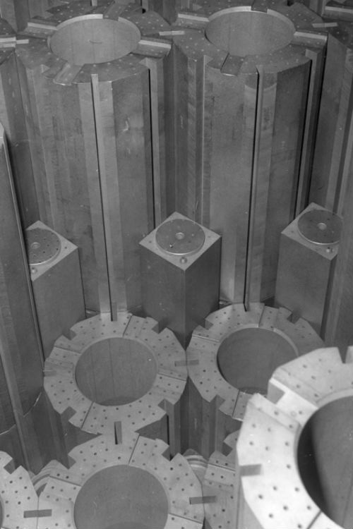 Các nhà khoa học Anh sử dụng rác thải phóng xạ để tạo ra pin cung cấp năng lượng gần như vô hạn - Ảnh 1.