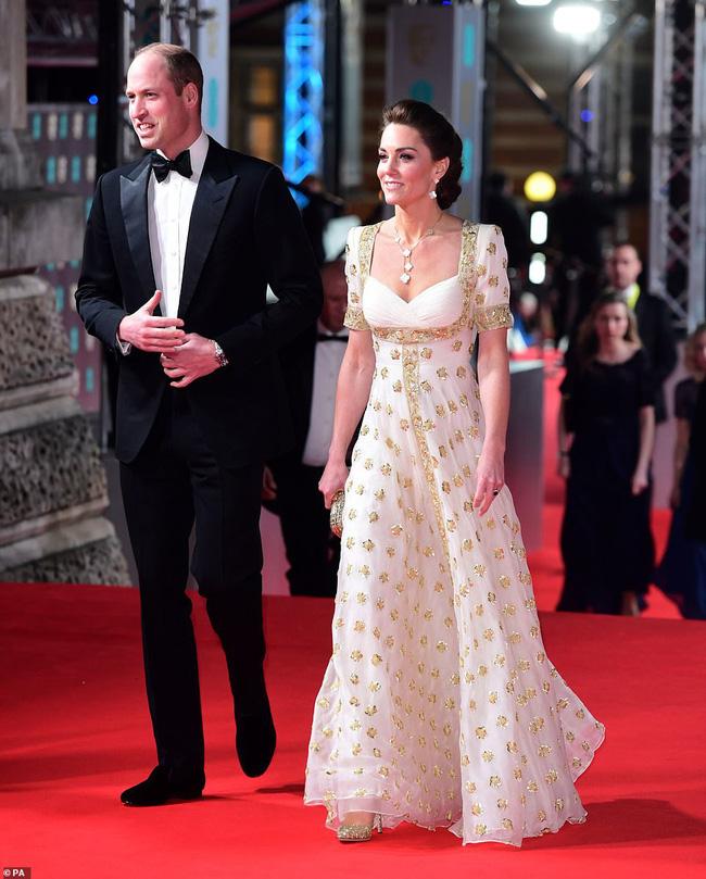 Công nương Kate mặc váy cũ 7 năm trước lên thảm đỏ vẫn tỏa sáng như nữ thần, Meghan lại muối mặt khi bị châm chọc công khai - Ảnh 2.