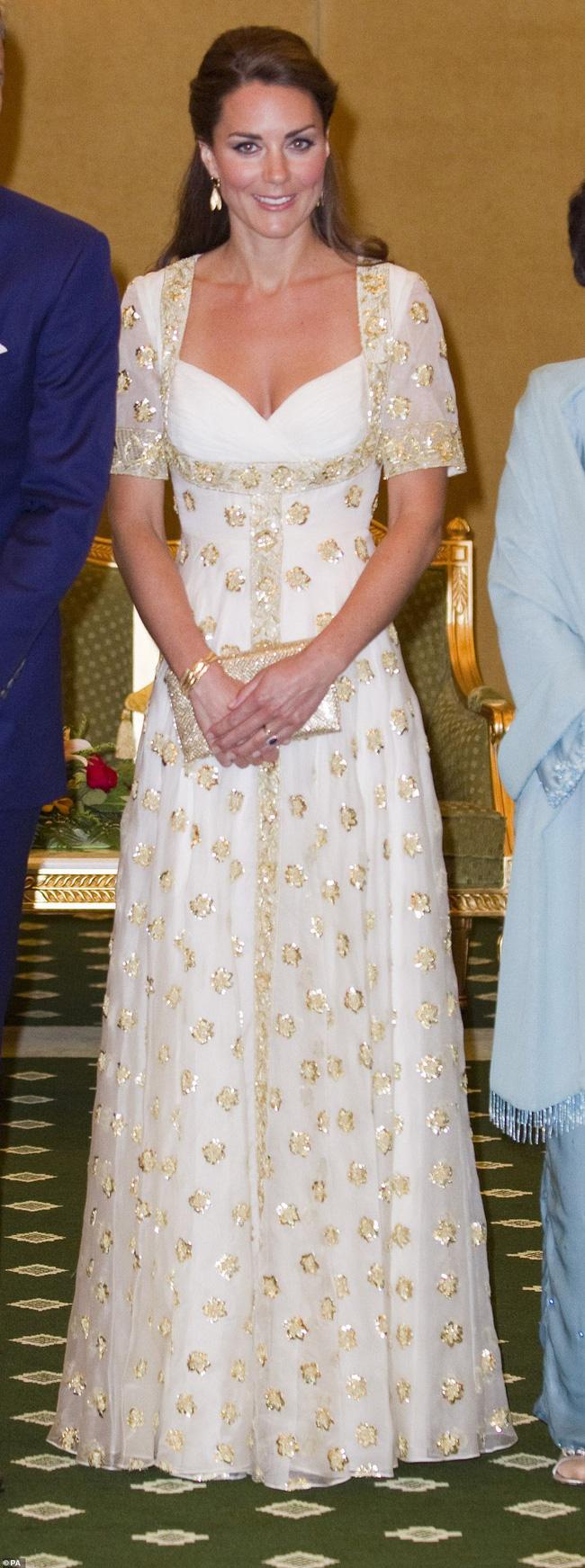 Công nương Kate mặc váy cũ 7 năm trước lên thảm đỏ vẫn tỏa sáng như nữ thần, Meghan lại muối mặt khi bị châm chọc công khai - Ảnh 6.