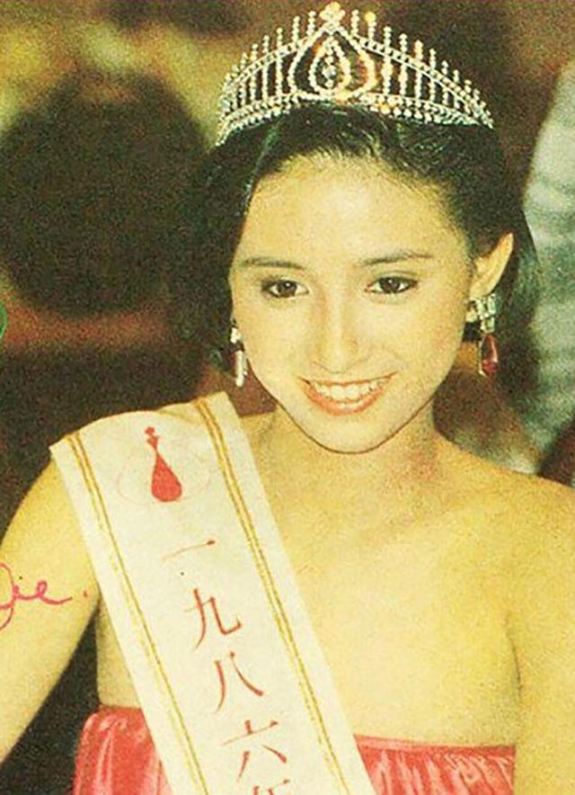 Á hậu nức tiếng Hong Kong: Đẹp khó tin ở tuổi 52 và cuộc hôn nhân 30 năm đáng ngưỡng mộ  - Ảnh 2.
