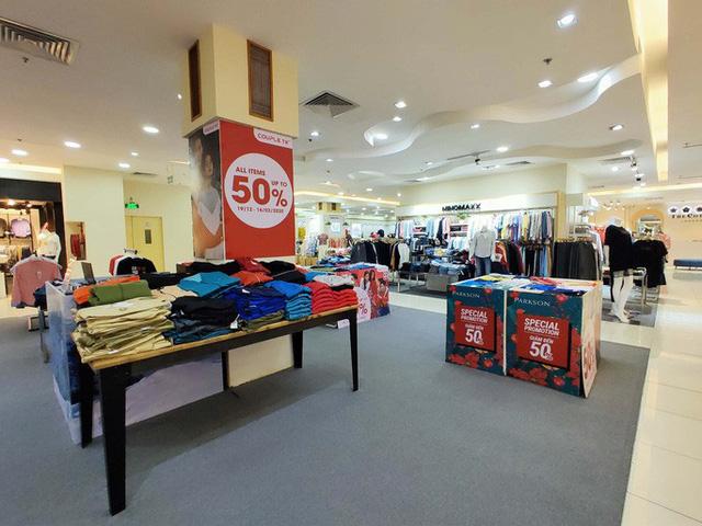 Hàng loạt trung tâm thương mại vắng vẻ trong mùa dịch corona - Ảnh 17.