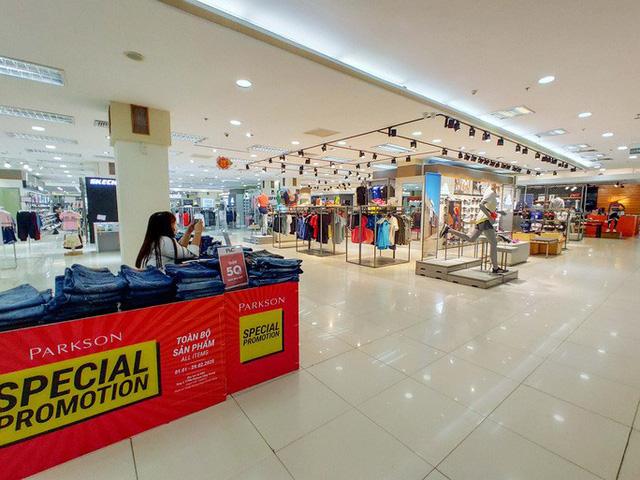 Hàng loạt trung tâm thương mại vắng vẻ trong mùa dịch corona - Ảnh 18.