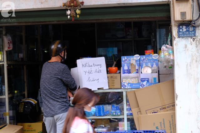 TP.HCM: Sợ nhiễm virus corona, hàng trăm người dân xếp hàng rồng rắn mua khẩu trang nhưng thất vọng vì hết sạch - Ảnh 10.
