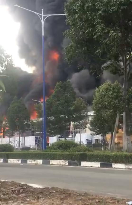 Cháy ngùn ngụt ở khu công nghiệp tại Bình Dương, cột khói cao hàng chục mét - Ảnh 6.