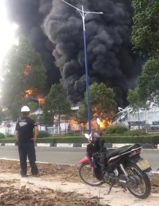 Cháy ngùn ngụt ở khu công nghiệp tại Bình Dương, cột khói cao hàng chục mét - Ảnh 5.