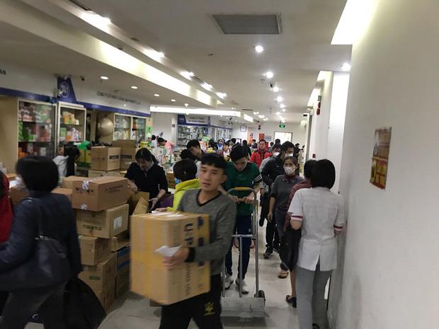 Người dân Linh Đàm rồng rắn xếp hàng đến 11h30 đêm trong giá lạnh để mua khẩu trang đúng giá - Ảnh 10.