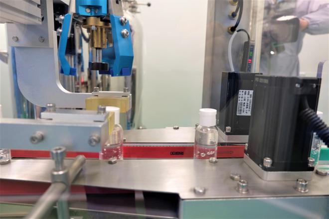 Quy trình 50.000 chai gel rửa tay khô kháng khuẩn ra đời thần tốc trong đợt dịch corona - Ảnh 7.