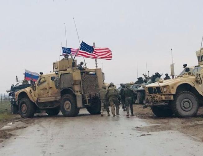 Xe bọc thép Nga húc thẳng thiết giáp Mỹ khi bị cản đường? - Ảnh 8.