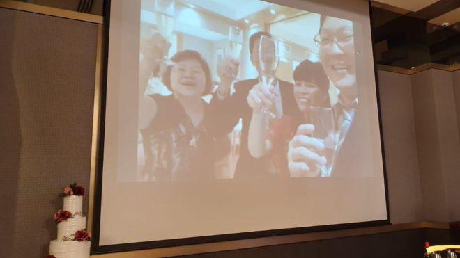 Sợ nCoV, cặp đôi Singapore livestream trong đám cưới - Ảnh 1.