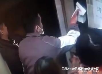 Hành động người đàn ông phun nước bọt trên nút bấm thang máy khiến cộng đồng mạng nổi giận, cảnh sát đã vào cuộc bắt giữ - Ảnh 2.