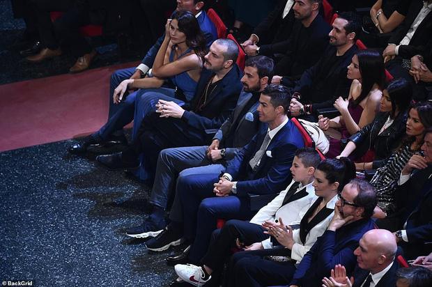 Ronaldo không rời mắt khỏi điệu nhảy nóng bỏng của bạn gái nhưng khoảng khắc tình cảm sau đó của cặp đôi mới khiến cả khán phòng ghen tỵ - Ảnh 2.