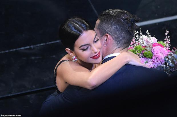 Ronaldo không rời mắt khỏi điệu nhảy nóng bỏng của bạn gái nhưng khoảng khắc tình cảm sau đó của cặp đôi mới khiến cả khán phòng ghen tỵ - Ảnh 6.