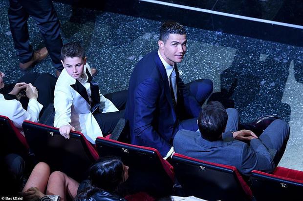 Ronaldo không rời mắt khỏi điệu nhảy nóng bỏng của bạn gái nhưng khoảng khắc tình cảm sau đó của cặp đôi mới khiến cả khán phòng ghen tỵ - Ảnh 7.