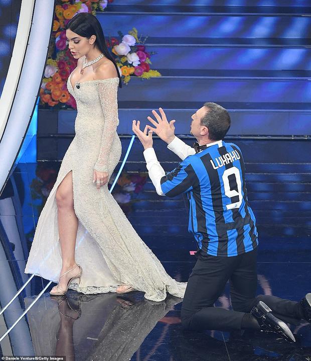 Ronaldo không rời mắt khỏi điệu nhảy nóng bỏng của bạn gái nhưng khoảng khắc tình cảm sau đó của cặp đôi mới khiến cả khán phòng ghen tỵ - Ảnh 8.