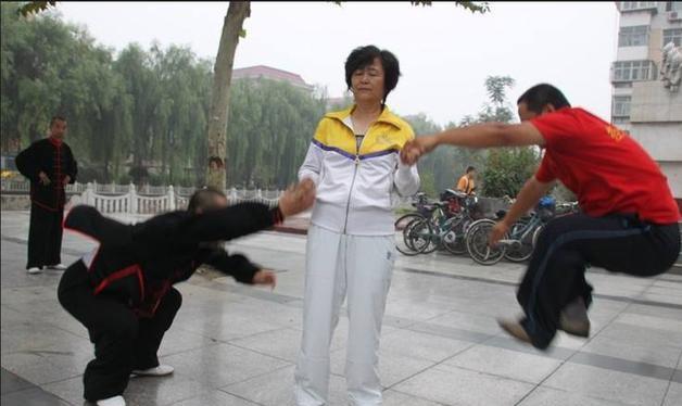 """Nữ """"đại sư"""" làng võ Trung Quốc bị tố lừa bịp bởi màn """"võ truyền điện"""" - Ảnh 2."""