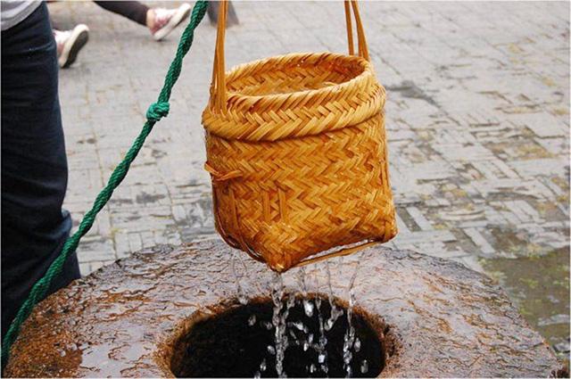 Quản lý đưa câu hỏi khó: Làm thế nào để múc nước bằng giỏ thưa?, nữ sinh viên duy nhất đánh bại cả thạc sĩ để vào làm bằng câu trả lời giản đơn - Ảnh 1.