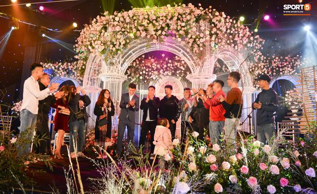 Đình Trọng, Đức Huy bảnh bao đến dự đám cưới Duy Mạnh, hội anh em cầu thủ khoác vai nhau quẩy trên sân khấu cực vui - Ảnh 1.