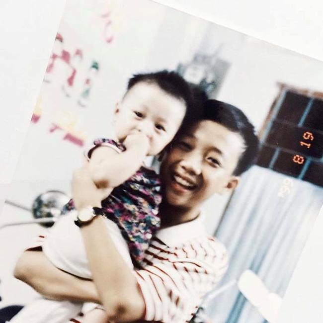 Em gái út Trấn Thành khoe ảnh lúc nhỏ được anh trai MC quốc dân bồng trên tay, giật mình phát hiện cô nàng dậy thì quá thành công - Ảnh 4.
