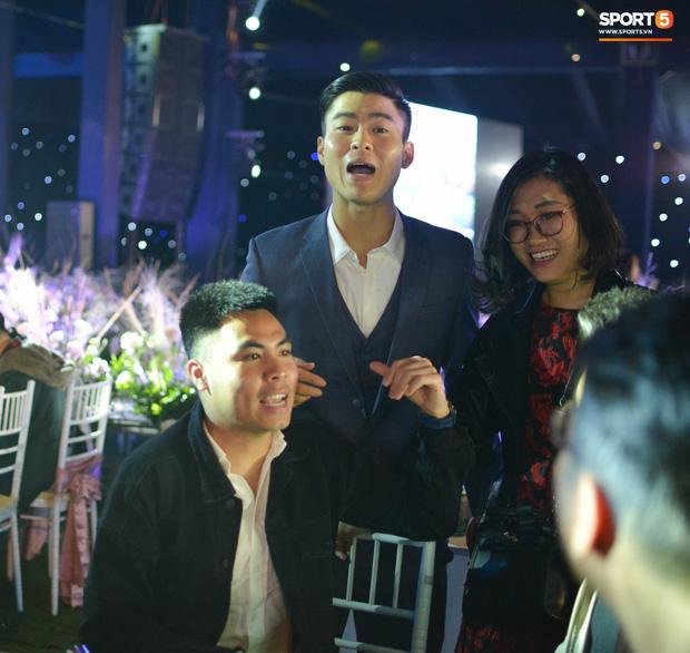 Đình Trọng, Đức Huy bảnh bao đến dự đám cưới Duy Mạnh, hội anh em cầu thủ khoác vai nhau quẩy trên sân khấu cực vui - Ảnh 7.