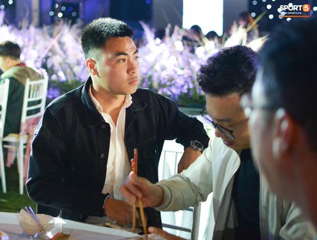 Đình Trọng, Đức Huy bảnh bao đến dự đám cưới Duy Mạnh, hội anh em cầu thủ khoác vai nhau quẩy trên sân khấu cực vui - Ảnh 8.
