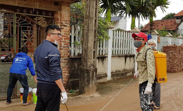 Thuốc khử trùng bao trùm làng quê có nhiều người nhiễm nCoV nhất cả nước - Ảnh 2.
