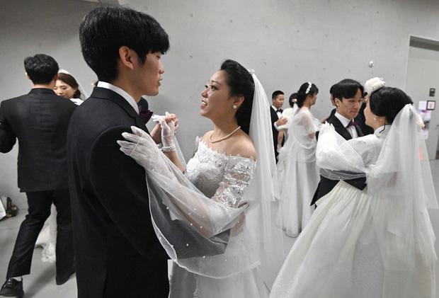 6000 cặp đôi trong đám cưới tập thể ở Hàn Quốc giữa dịch virus corona: Người đeo khẩu trang kín mít, người vẫn bất chấp trao nụ hôn - Ảnh 3.