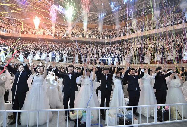 6000 cặp đôi trong đám cưới tập thể ở Hàn Quốc giữa dịch virus corona: Người đeo khẩu trang kín mít, người vẫn bất chấp trao nụ hôn - Ảnh 15.