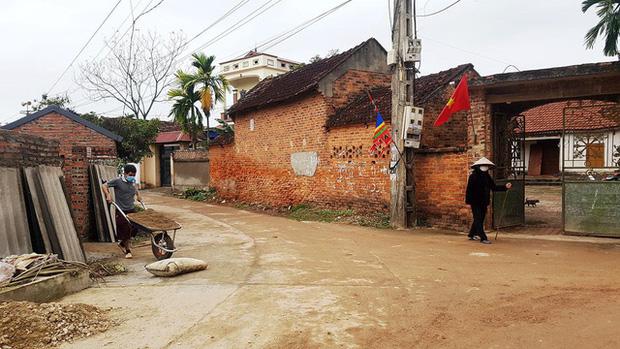 Thuốc khử trùng bao trùm làng quê có nhiều người nhiễm nCoV nhất cả nước - Ảnh 3.