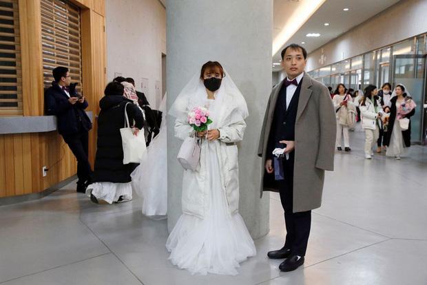 6000 cặp đôi trong đám cưới tập thể ở Hàn Quốc giữa dịch virus corona: Người đeo khẩu trang kín mít, người vẫn bất chấp trao nụ hôn - Ảnh 4.