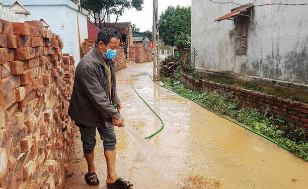 Thuốc khử trùng bao trùm làng quê có nhiều người nhiễm nCoV nhất cả nước - Ảnh 4.