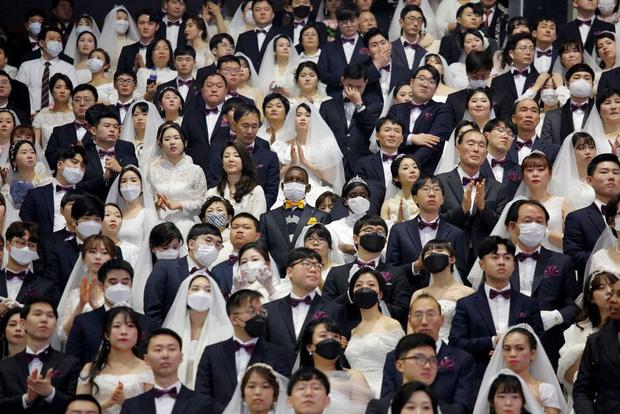 6000 cặp đôi trong đám cưới tập thể ở Hàn Quốc giữa dịch virus corona: Người đeo khẩu trang kín mít, người vẫn bất chấp trao nụ hôn - Ảnh 6.