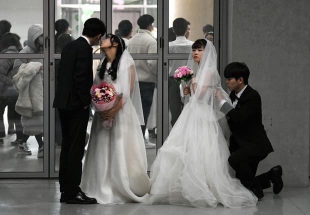 6000 cặp đôi trong đám cưới tập thể ở Hàn Quốc giữa dịch virus corona: Người đeo khẩu trang kín mít, người vẫn bất chấp trao nụ hôn - Ảnh 7.