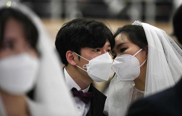 6000 cặp đôi trong đám cưới tập thể ở Hàn Quốc giữa dịch virus corona: Người đeo khẩu trang kín mít, người vẫn bất chấp trao nụ hôn - Ảnh 11.