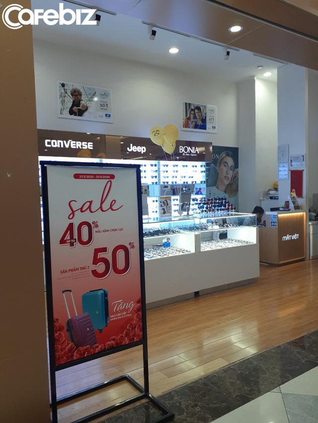 TPHCM: Các TTTM dần có khách trở lại dịp cuối tuần, nhiều mặt hàng sale đến 70% - Ảnh 10.