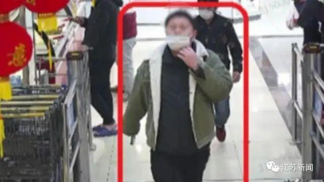 Mặt quá to đeo khẩu trang không vừa, tên tội phạm bị cảnh sát nhận dạng  - Ảnh 1.