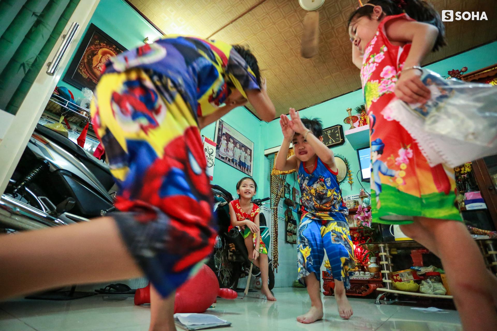 Gia đình sinh 5 đầu tiên ở Việt Nam quay cuồng với dịch COVID-19, nhưng luôn ngập tiếng cười - Ảnh 2.