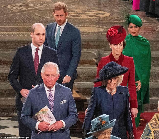 Bị chỉ trích là lạnh nhạt với em trai nhưng khoảnh khắc Hoàng tử William mím chặt môi, kiềm chế cảm xúc trước Harry khiến nhiều người phải xót xa - Ảnh 1.