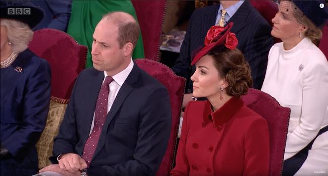 Bị chỉ trích là lạnh nhạt với em trai nhưng khoảnh khắc Hoàng tử William mím chặt môi, kiềm chế cảm xúc trước Harry khiến nhiều người phải xót xa - Ảnh 2.