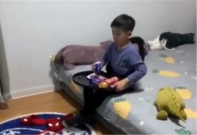 Con trai vừa muốn ăn vừa muốn xem tivi, ông bố nghĩ ra cách sáng tạo tới mức bá đạo khiến mọi người ôm bụng cười - Ảnh 1.