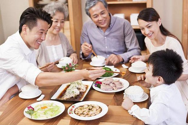 """PGS.TS. Nguyễn Duy Thịnh: Tụ tập nhậu nhẹt, """"chém gió"""" là điều nên bỏ, đó mới là nguyên nhân chính gây lây nhiễm trong bữa ăn chứ không phải do vấn đề ăn! - Ảnh 1."""
