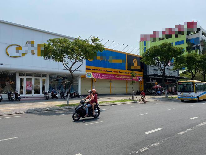 Nhiều cửa hàng, khách sạn tại Đà Nẵng đóng cửa vì có hai du khách người Anh dương tính với Covid-19 ghé thăm - Ảnh 7.